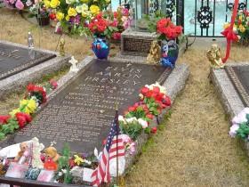 Túmulo de Elvis, ponto de peregrinação para seus fãs e admiradores até hoje, recebe cerca de 600 mil visitas por ano, 2° lugar mais visitado nos EUA,  perdendo somente para a Casa Branca.