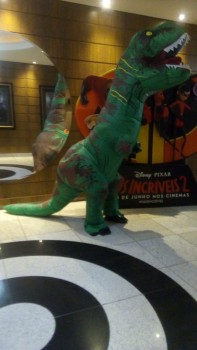 Dinossauros do Circo Social invadiram o Cineplus Emacite neste sábado (5)