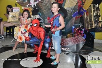 Homem-Aranha visita o Cineplus Emacite; público pode tirar fotos a vontade (23)