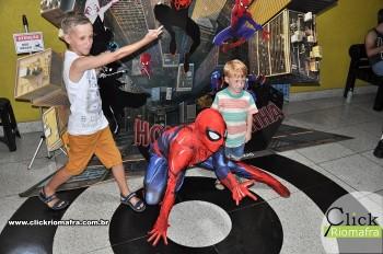 Homem-Aranha visita o Cineplus Emacite; público pode tirar fotos a vontade (42)