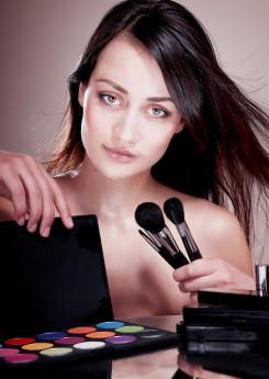 A maquiagem e seus truques são capazes de promover verdadeiros milagres no visual. O segredo é adquirir bons produtos e aprender a usa-los de modo correto / GB Imagem