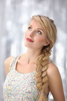 As tranças são versáteis. Os cabelos ganham sofisticação e romantismo se trançados juntamente com acessórios, tais como fitas e presilhas. Vale soltar a imaginação / GB Imagem