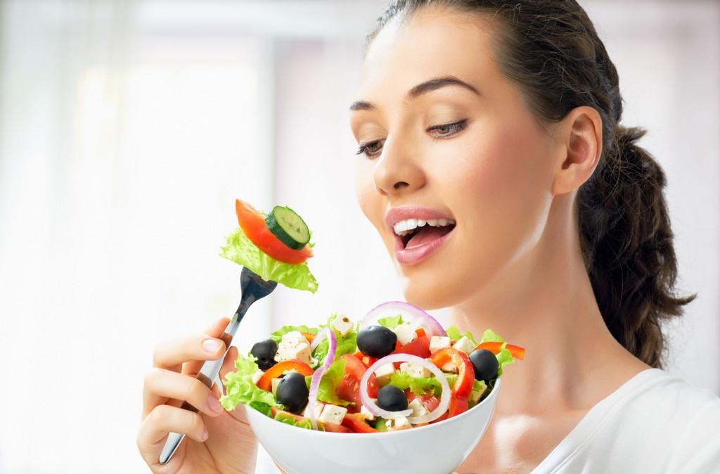 A modernidade e praticidade da comida industrializada pode ser uma grande inimiga para quem busca a reeducação alimentar. Prato cheio de alimento natural sacia a fome e não engorda / GB Imagem