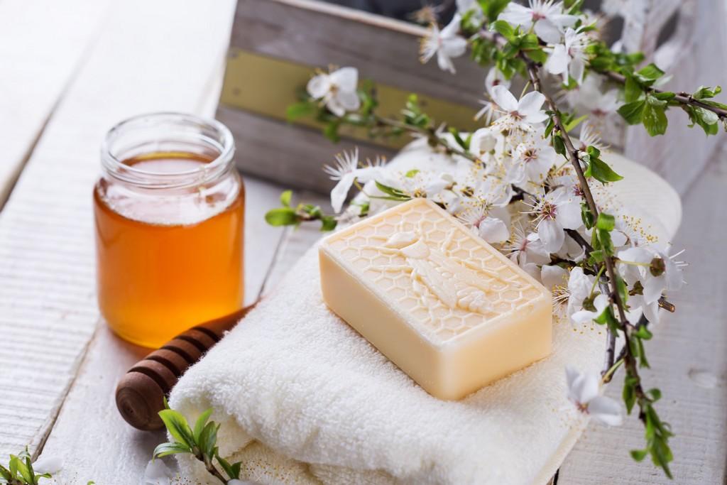 As receitinhas caseiras sempre agradam e costumam fazer sucesso. Quando o assunto é hidratação, o mel está quase que no topo da lista há milhares de anos, pois possui propriedades antioxidantes e por isso ajuda a combater o envelhecimento / GB Imagem