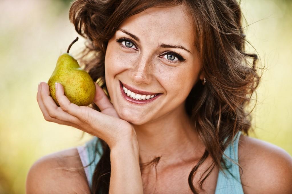 No processo de reeducação alimentar, o consumo de frutas é controlado. As frutas ideais são aquelas que contém água, como por exemplo a pera. Deve ser consumida crua e sem adição de nenhum complemento / GB Imagem
