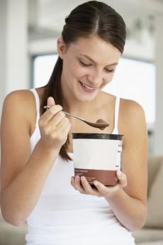 Cuidado! Tempo de Páscoa é tempo de exageros, principalmente quando o assunto é chocolate. Lembre-se: O consumo excessivo de chocolate pode, além de aumentar o peso, causar alergia e distúrbios gástricos. E não se trata apenas de ovos de Páscoa, mas também de outros pratos preparados à base de chocolate que ainda levam outros ingredientes, como gordura e farinhas. O sorvete é uma tentação, mas supercalórico / GB Imagem