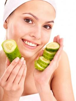 O pepino é um ingrediente natural que ajuda a clarear a pele de um modo geral. Aplicar fatias de pepino sobre os olhos minimizam as olheiras e iluminam o olhar / GB Imagem