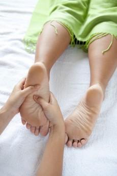 A reflexologia é uma modalidade de massagem que estimula pontos específicos nos pés e região, através de pressão, fricção e massagens, intensificando a circulação e corrigindo disfunções orgânicas / GB Imagem