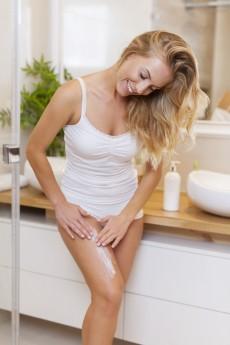 Uma boa maneira de prevenir o surgimento de estrias é manter a pele sempre hidratada. Prefira os cosméticos à base de água. Pele hidratada tem maior firmeza e elasticidade, as quais dificultam a rompimento das fibras de colágeno / GB Imagem