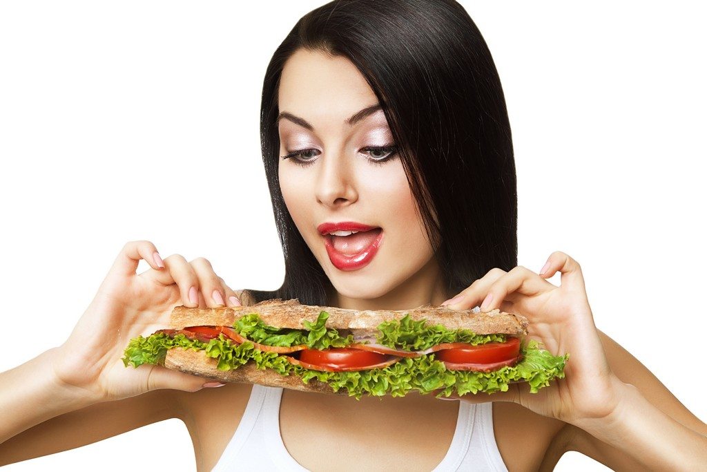 Um sanduíche recheado com produtos naturais pode ser uma opção saudável e saborosa de refeição completa, já que o pão representa os carboidratos, além de ser rico em ferro, folato e zinco / GB Imagem