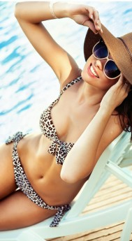 Óculos de sol e chapéu são poderosos aliados do protetor solar quando o assunto é prevenir contra os efeitos nocivos dos raios solares / GB Imagem
