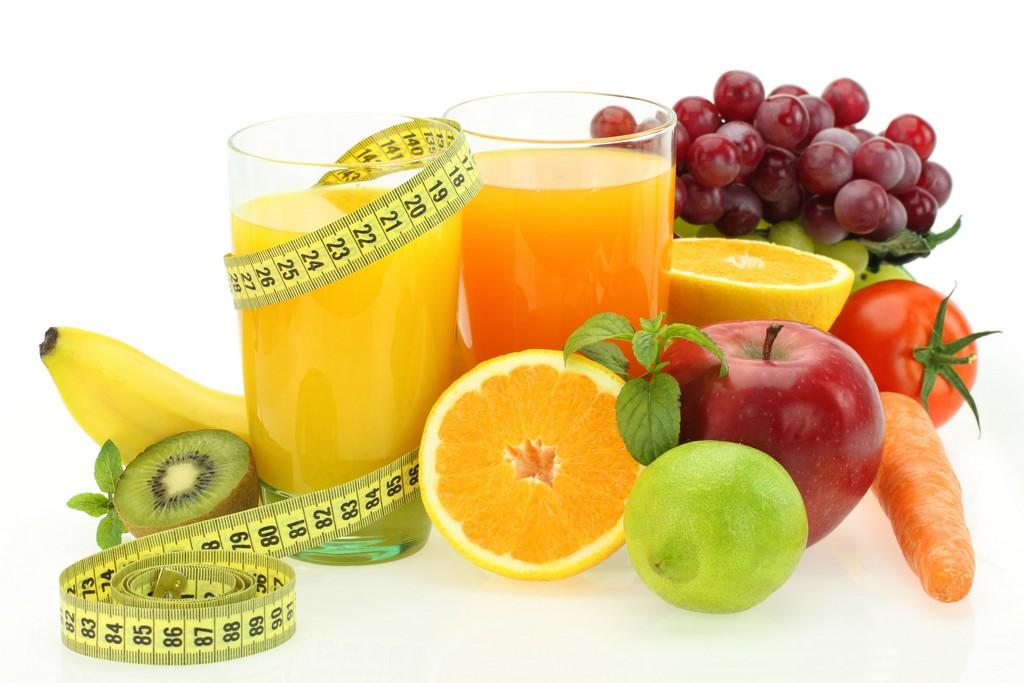 """A ingestão de Vitamina C é fundamental. Uma boa ideia são os sucos preparados com mix de frutas que """"enganam"""" a fome e combatem os radicais livres / GB Imagem"""