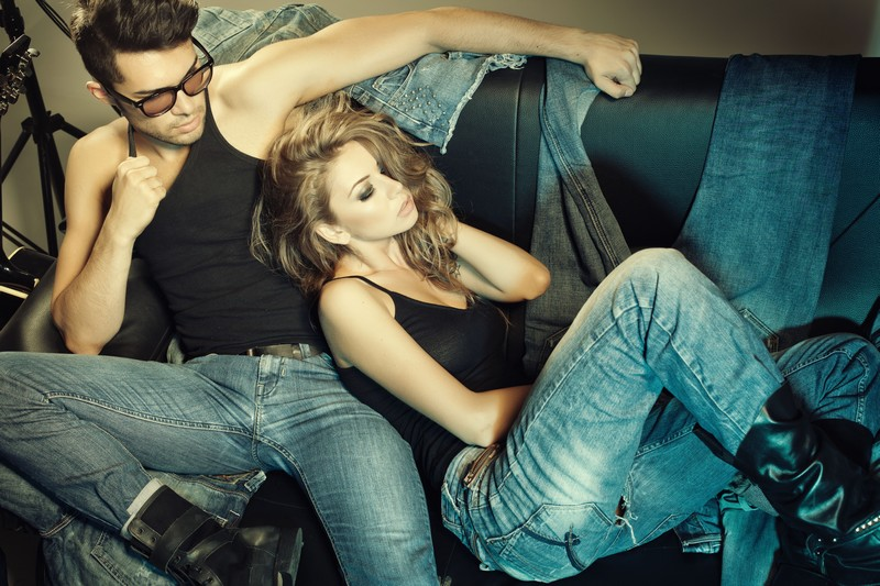 Quando começou a ganhar popularidade, o jeans era uma espécie de símbolo da rebeldia. A partir da década de 1950, o tecido e a modelagem mais justas das calças entraram definitivamente nas passarelas / GB Imagem