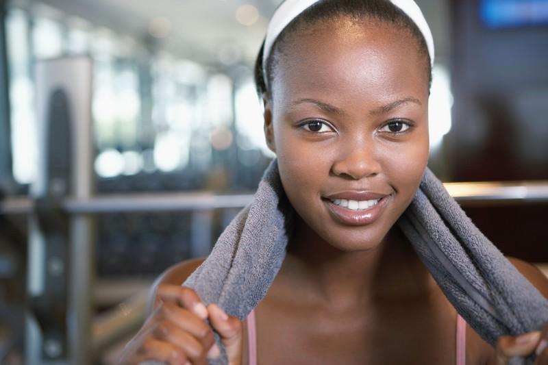 Usar produtos específicos para retirar a maquiagem e limpar a pele é fundamental. Em seguida, caprichar na hidratação / GB Imagem