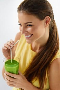 Consumir o suco verde é um hábito saudável. Os seus ingredientes são poderosos aliados da beleza e da saúde do corpo / GB Imagem
