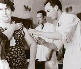 Armas na cintura e multa para quem não quer tomar vacina