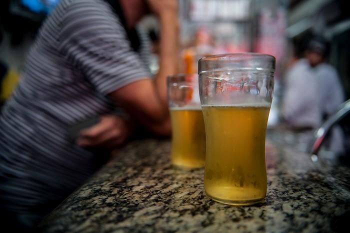 O álcool provoca sérias lesões no fígado