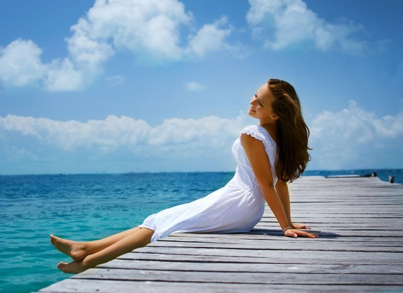 As manchas brancas causadas pelo sol aparecem geralmente nos braços e nas pernas, que são as partes do corpo que ficam mais expostas. A tendência é usar bloqueador solar somente no rosto, quando toda a pele exposta diariamente aos raios solares precisa ser protegida / GB Imagem