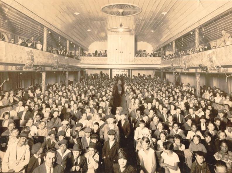 Exibição com casa cheia no Cine Rio Negro no início dos anos de 1930.