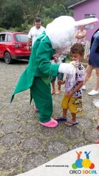 Circo Social realiza ação de Páscoa em bairros de Rio Negro e Mafra (10)