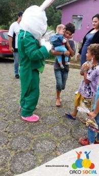 Circo Social realiza ação de Páscoa em bairros de Rio Negro e Mafra (13)