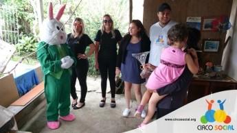 Circo Social realiza ação de Páscoa em bairros de Rio Negro e Mafra (15)