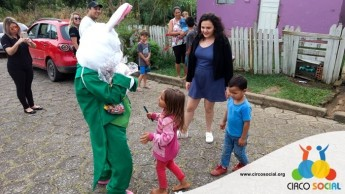 Circo Social realiza ação de Páscoa em bairros de Rio Negro e Mafra (17)