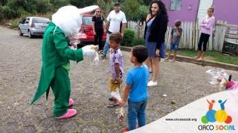 Circo Social realiza ação de Páscoa em bairros de Rio Negro e Mafra (19)