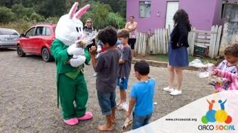 Circo Social realiza ação de Páscoa em bairros de Rio Negro e Mafra (20)