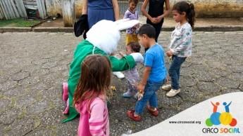 Circo Social realiza ação de Páscoa em bairros de Rio Negro e Mafra (22)