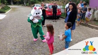 Circo Social realiza ação de Páscoa em bairros de Rio Negro e Mafra (3)